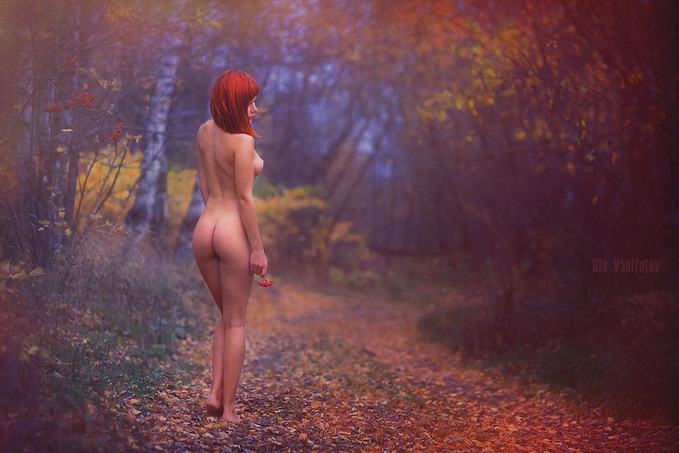 Голые девушки на фоне осеннего пейзажа